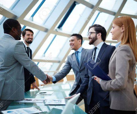 29063390-due-uomini-d-affari-handshaking-dopo-colpisce-grande-affare